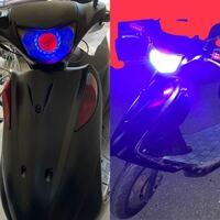 iPhone12です。夜でバイクを綺麗に撮りたいのですがイカリングのせいで写真の様にイカリングそのものの色が綺麗に見えません。本当は綺麗な赤と青なのですが夜だと映らないのですが どうやって綺麗に撮ることができますか?  ※夜の状態で左の様に撮りたい