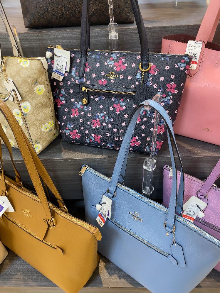 自分にcoachの長財布を買おうと思ってます。 画像の黒色花柄のバックの柄の 長財布が欲しいです。ありますか? ないとしたら、バックと同じ柄の財布が 販売される見込みってありますか? 無知なもの...