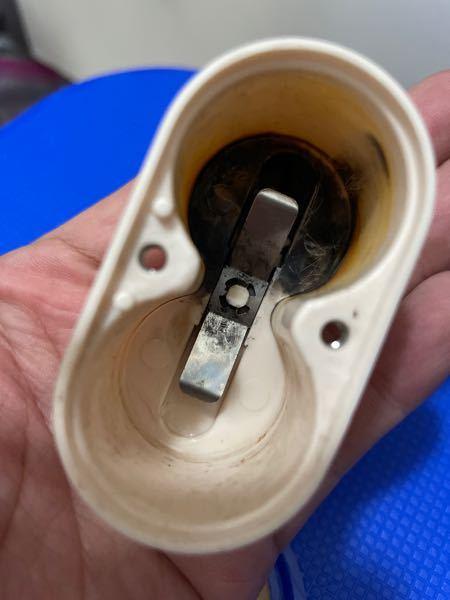 お風呂のおもちゃを久しぶりに出したら電池の入れ物がこうなっていました。 黒い付着物を金属の部分だけマイナスドライバーで削りましたがおもちゃは動きません。 とうすれば復活しますか?