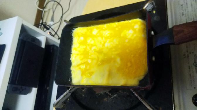 錦糸卵が何回しても全くできません。 なぜですか? ユーチューブの動画で錦糸卵の作り方をみていたのですが全くできません。 ここから裏返すと毎回破れます。 意味わかりません。