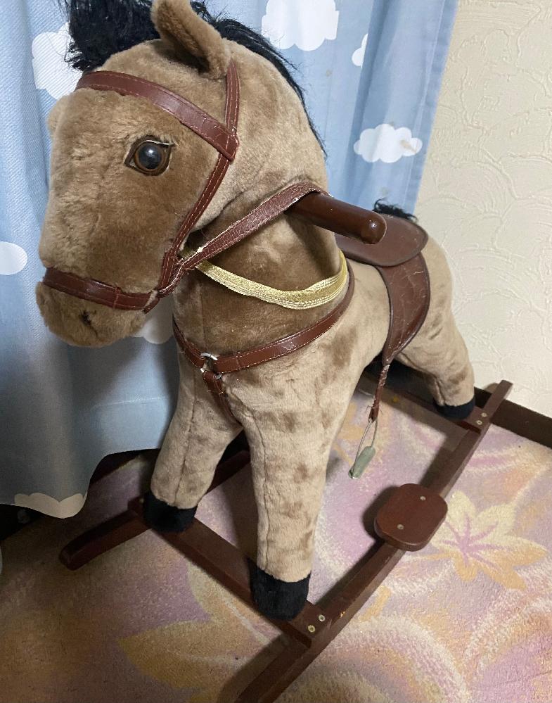 20年以上前のものになる馬のおもちゃです ネットショッピングで売ろうと考えているのですがどこの会社のおもちゃなのか、どこ製なのかも全く分かりません。 耳を押すと音が出ます。 同じものを持ってい...