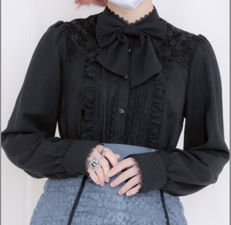 ブラウスのリメイクについて 先日地雷系の長袖ブラウスを購入したのですが、袖口周りだけが大きいです。 手首に対してだらしないレベルで結構余ってしまっています。 縫うかボタンをつけるかなどして小さくしようと思ったのですが、いい方法が思いつきません。調べても前例がないのかなかなか出てこず…… 画像のような袖のつくりなのですが、何かいい方法はあるのでしょうか?