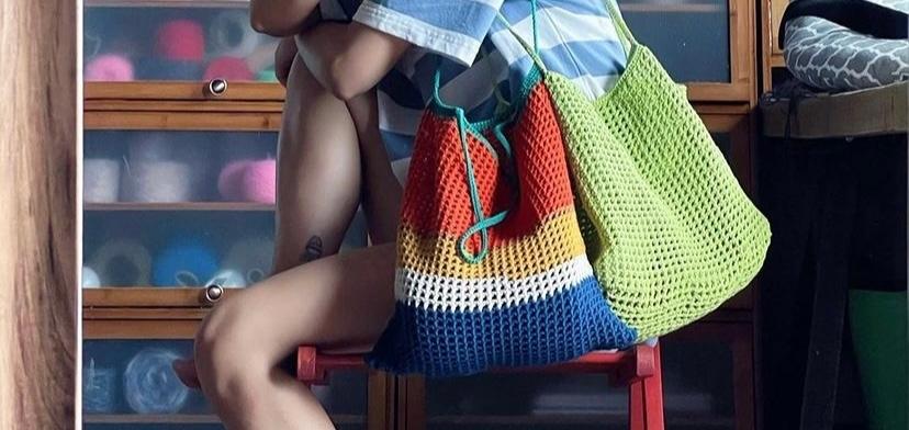 このバッグは編み物では何という編み方になりますか? 人の手で編めるんでしょうか。 どなたかお教え下さいm(__)m