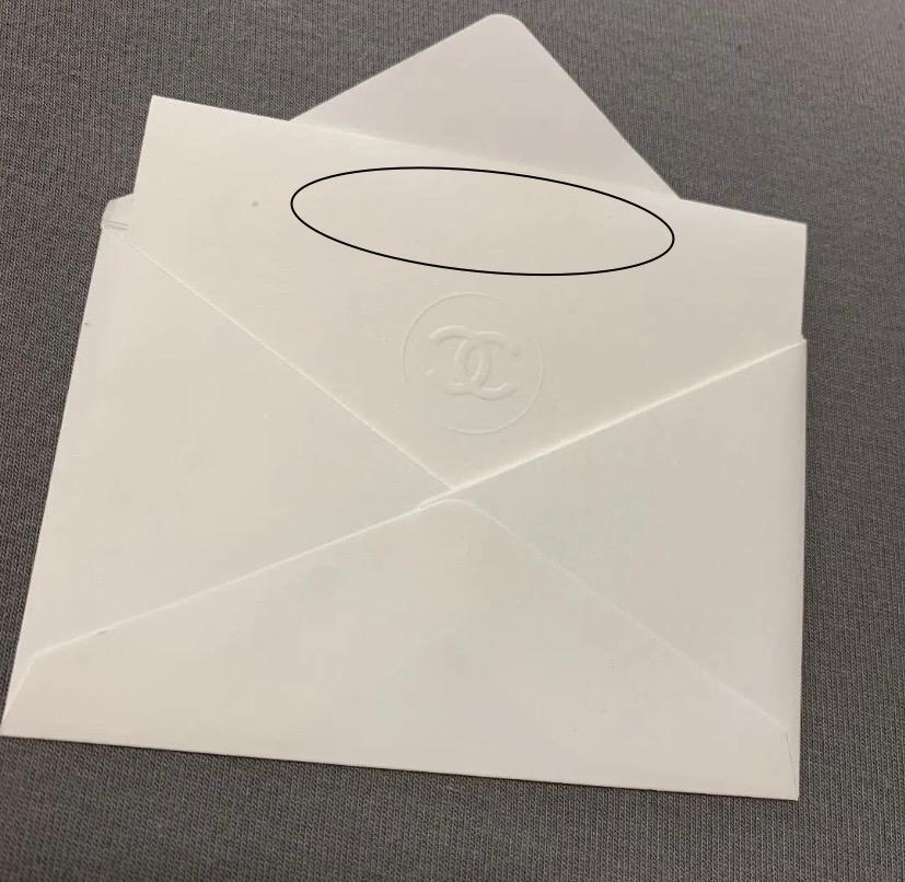 このCHANELのメッセージカードの黒で囲っている部分に文字を印刷したいです コンビニで可能ですか? 調べてもいまいち持参した紙の一部分に文字だけを印刷というのがわかりません できればやり方も教...