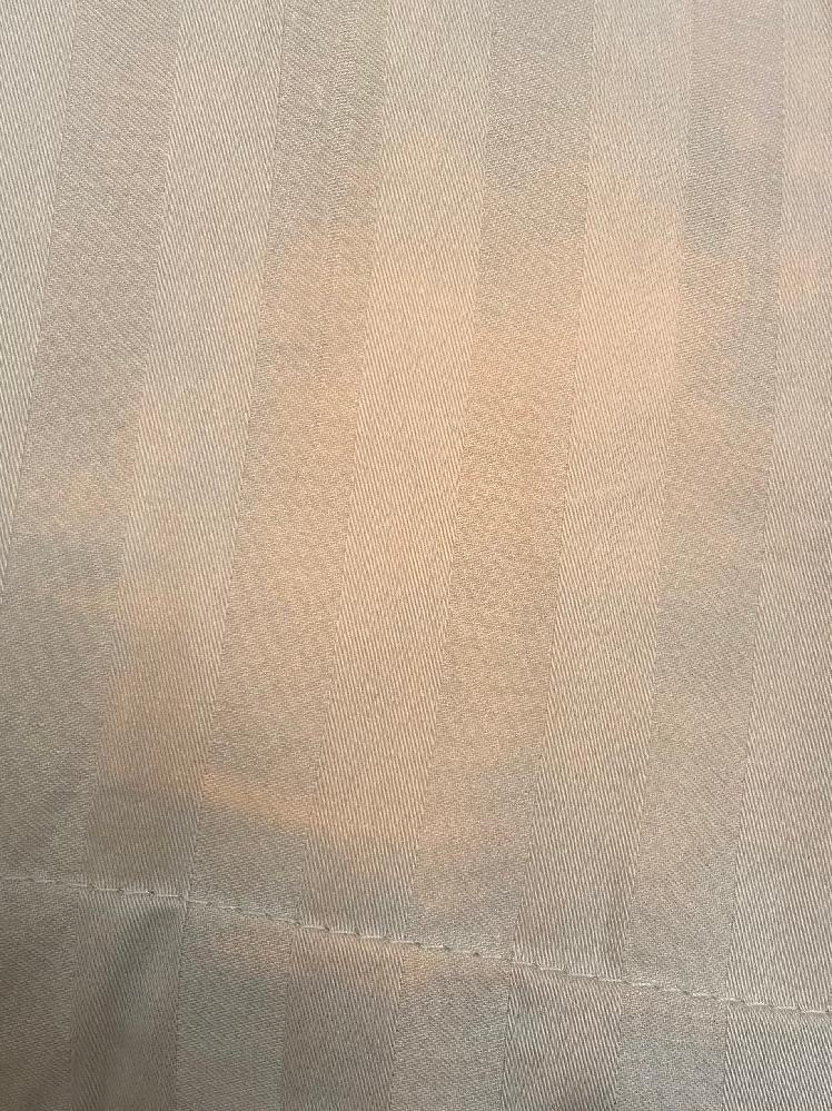 朝起きたら枕がこのように色落ちしていました。原因はなにが考えられますでしょうか? 前回も同じようになってしまい、買って2日目で今回もオレンジ色に変色してしまいました。ちなみに、洗濯もまだしておらず塩素系や漂白剤系のものがついた可能性は低いです。