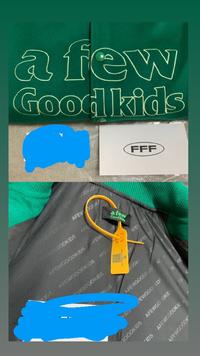 メルカリでafgkの写真のスタジャンを買おうと思っているのですがこちらの商品は本物ですか?  公式オンラインサイトにて購入した確実に正規品です。 正規FFF店の保証書付き発送致します。 このように書いてありました。  出品者さんは本人確認済みで評価もいいです。  鑑定後の評価も可能と書いてありました。