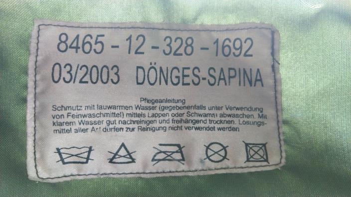 古着で軍物のリュックを買いました。こちらがそのリュックのタグになりますが私は読めません。 こちらは何と書かれているのでしょうか? モデルになった国 製造年 生産国 がわかれば良いのですが。 読める方、宜しくお願い致します。