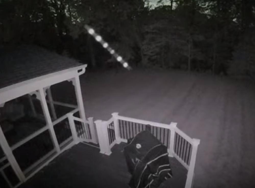 YouTubeに投稿されているこちらの映像の正体は何でしょうか? コメントでは蜘蛛の卵という意見があったのですが、正体のわかる方いますか! ▼映像 https://youtu.be/erhw2eceeZ8 ▼詳細 2021年1月5日、 アメリカ合衆国メリーランド州の中央部のプリンスジョージズ郡、 住宅所有者の防犯カメラで捕らえられた裏庭の上を漂う明るく照らされたオーブの列。