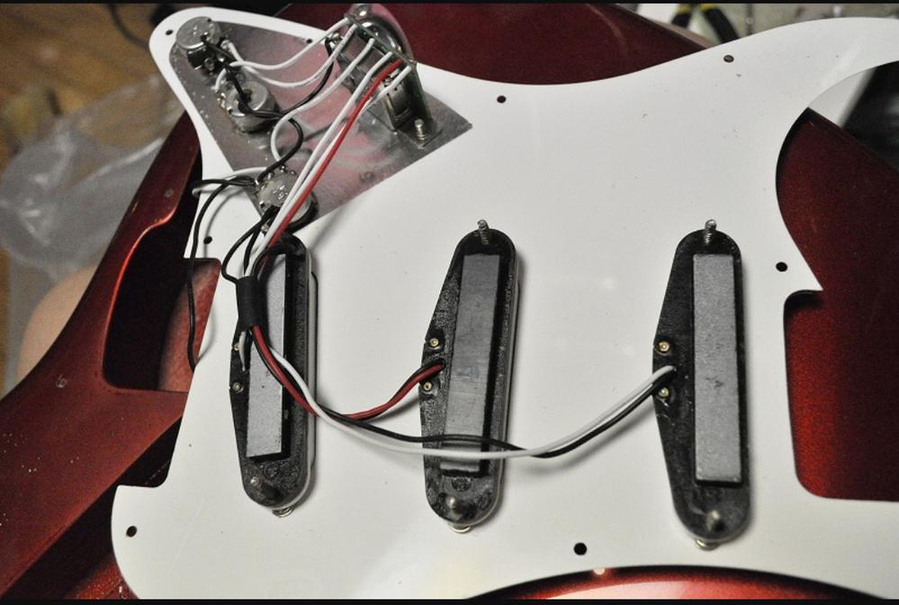 90年代フェンダージャパンの型番にUSとかTXが付かないストラトキャスターのピックアップ等の配線見たら現在リサイクルショップで見かける安ギター(レジェンド、フォトジェニック等)と全く同じPU、POT、PUセレクター でしたがそんなもんですか? 画像は拾いです。
