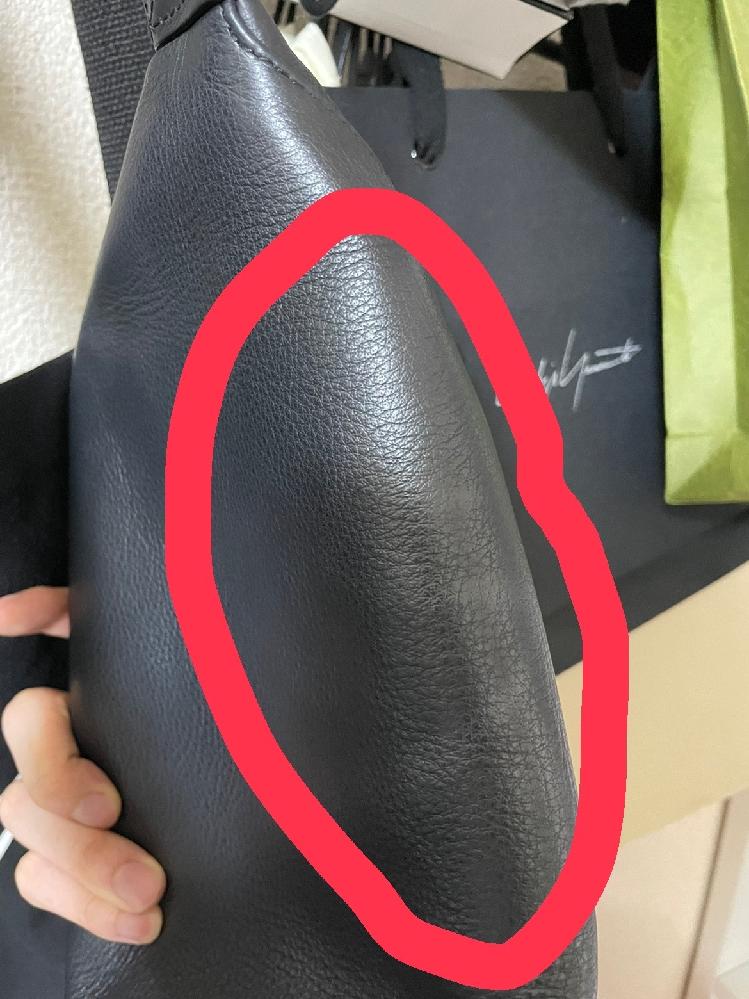 ハイブランドのレザー(牛皮)バッグに日焼け止めが付いてしまいました。少し白く付いている感じです。 気づいた時には水とかでは落ちませんでした。 なにを使えば綺麗に落とせますか?