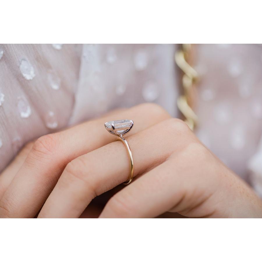 幅1.5mmに3ctの石が乗った華奢な婚約指輪はすぐ壊れますか? 記念日に合わせて、結婚する時には作らなかった婚約指輪を購入しようと思っているのですが、海外のショップでよく見かける細いK18ストレートアームに大きな3ctのモアサナイトが乗ったソリティアがすごく好みで購入したいと思っています。結婚指輪と重ね付けする想定です。 しかし気に入ったお店を海外のレビューサイトでチェックしたところ、3ヶ月で2回曲がったとか2週間でプロングが緩んだとか、評判が散々でした。 欧米・ヨーロッパでは婚約指輪を毎日着ける人が多いみたいなのでそれもあるかとは思うのですが… 台座とアームの接着面が狭いので当然といえば当然なのでしょうが、細いソリティアはそんなにすぐ壊れるものなのでしょうか。それともその会社がたまたま粗悪品を作っていただけ? 他のお店を選んで、k14やカテドラルセッティングを選んでも厳しいでしょうか。 自分としてはお出かけの時などに着け、帰ったらすぐ外すという扱い方をするつもりです。立て爪のダイヤの指輪はひとつ持っていて、曲げたり壊したりした事はないのでそんなに乱暴な生活はしていないつもりです。 それでも一回テーブルの端にぶつけただけですぐに首が取れたりする様なものはやめておこうと思っています。 ファインジュエリーにはあまり明るくないので、どの程度ならある程度頑丈とかその辺の感覚がよく分かりません…。 ジュエリーがお好きな方の感覚で、下の画像の様なデザインの婚約指輪は耐久性や使用感の面でどうか、ご意見をいただけたら嬉しいです。 宜しくお願いいたします。 画像の様な指輪ですが、デザイン自体は一般的かなと思います。 モアサナイトは天然ダイヤに劣るとか、年齢を重ねたら太い方がよくなるとかその辺は十分検討した上ですので、他の観点からご意見をいただけたら嬉しいです。