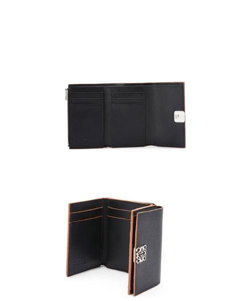 新しい財布を買おうと思います 写真のように上と下どちらがにしようか悩んでいます どちらが使いやすいですか?