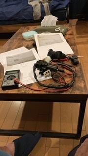 ゼファー400 C3のキーシリンダー配線について質問します。6Pコネクター真ん中上のグレーの線はどういった回路になりますか? 他の4本は回路図で理解できました。6Pコネクターで5本しか線がないのは何故ですか? ネットで互換品を購入しましたが、セルは回るがエンジンがかからないのでイグナイターに信号が入ってないのかな?と思っています。