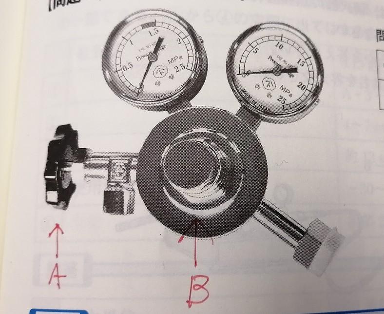 6類消防設備士についてお尋ね致します。添付写真は、蓄圧式消火器に蓄圧ガスを充てんする圧力調整器なのですが、Aは「出口側バルブ」、Bは「圧力調整ハンドル」という名称で合っているでしょうか?
