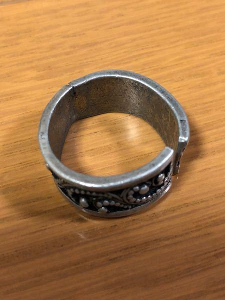 数年前に写真のようなリングを購入し、偶にはめていたのですが、左上部分のようにヒビが入り、そこの部分が柔らかくなっていました。指のサイズはぴったりなのですが、外すときなどに緩めていたので恐らく金属疲労( ?)なのだと思います。こういうヒビからリングが割れてしまうことはありますか?また、割れた場合修理などは可能なのでしょうか?愛着があるのでできるだけ使い続けたいです。