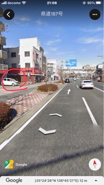 写真のような場所に車を停めるとき、歩道に頭から突っ込んで、歩道内でバック駐車するのですか?