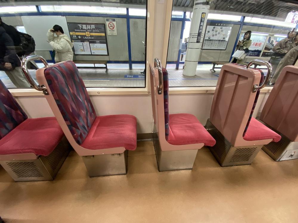 いつも世田谷線に乗ると思うのですが、どうして大人の男性では座れないほどの狭さのクロスシートにしているのでしょうか。 ロングシートではダメなんですか?