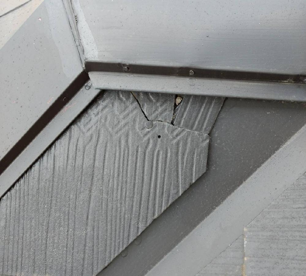 コロニアル屋根のスレートの割れ、自分でできる対処はありますか? (自分の家ではないのですが)築20年の戸建ての屋根に、スレートが割れている部分が見つかりました。写真のとおり局部的です。自分がみた範囲、こうはっきり割れているのはここだけでした。釘を抜いたあともありますね。理由はわかりません。5年ほど前に、遮熱塗料を塗る工事をおこなったようです。 この程度の割れは放置してもいいのでしょうか? 対処すべきだとしたら、プロに任せるしかないでしょうか? そのほうがいいのはわかっていますが、今のところここ1箇所だけなので、自分でできることがなにかあれば検討したいと思って質問しました。
