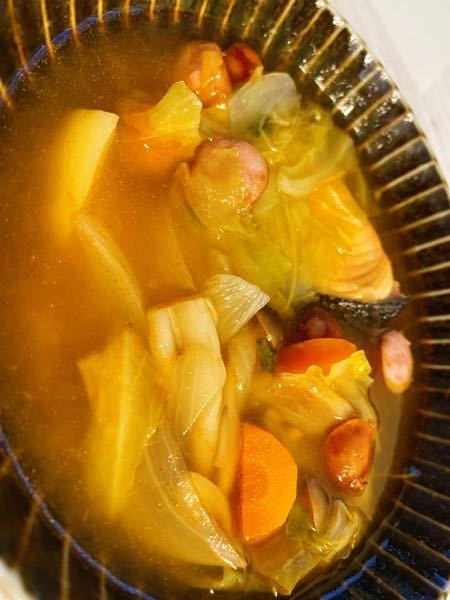 鮭 ウィンナー 人参 じゃがいも 玉ねぎ キャベツ しめじ トマトケチャップ コンソメ 塩コショウ 生姜 これをもし、夜ご飯にしたら栄養的にはどうなのでしょうか? 朝も昼も食べて(昼はしっかりその他、お米なども 食べての話し) 普段は夜ご飯ある程度バランスを考え食事を作ってますが、彼が出張なため1人分わざわざ夜ご飯を作るのも面倒ですし、しばらく夜はこのようにスープで食べようと思っています。 また、野菜スープなのであれば安くなった野菜で作れますし財布にも良い・・1人の時は貧乏癖発揮してしまうので また、これを1日2食にしたら? ・・・さすがに栄養バランス悪すぎですよね
