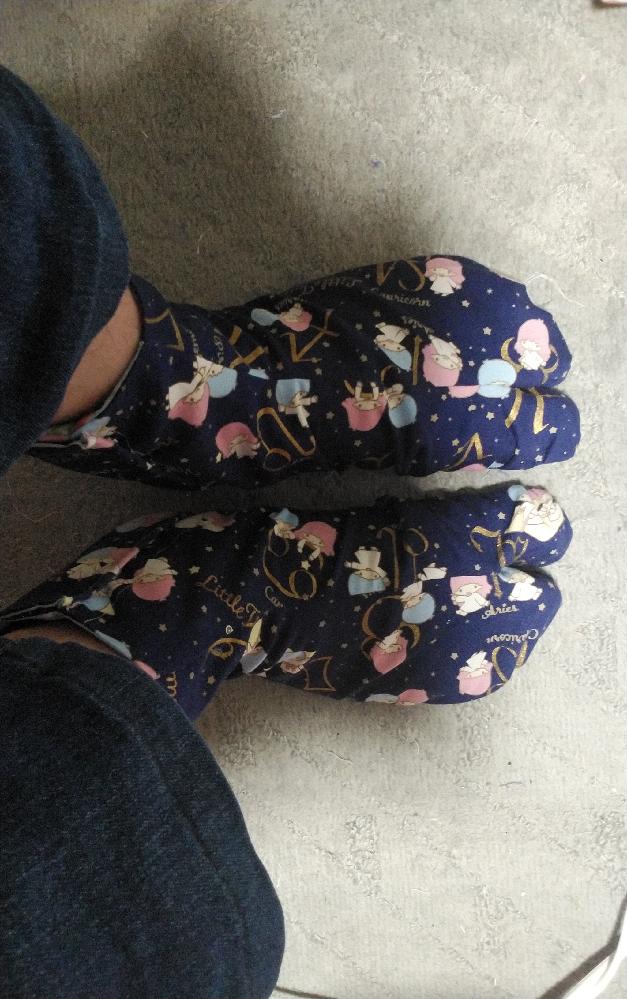 画像の完全自作したキキララの足袋を履いて女装はおかしいでしょうか? この際、画像の足袋をはじめ、布シューズや布ブーツや木綿の生地の靴下から下着類や上着から服に至るまで、女装のための衣類は全て完全自作する考えですが、おかしいでしょうか?ウィッグ(かつら)以外は、ブラジャーをはじめ好みの生地で型紙製作から縫製まで完全自作しますが、おかしいでしょうか?とにかく、足もとから下着類および上着類に至るまで、全て女装のための衣類は完全自作を貫きたいです。大丈夫でしょうか?