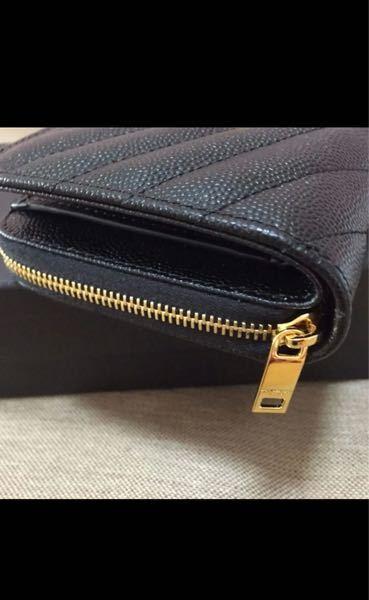 サンローランのお財布について、本物か分かる方がいらっしゃったら教えていただきたいです。 ファスナーの持ち手?の部分が少し違うような気がしておりまして。。それ以外の部分に違和感はありません。 よろしくお願いいたします。
