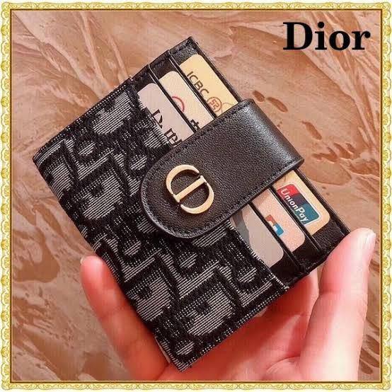 Dior カードケースについて 現在カードケース(カードホルダー?)を探しています。 画像検索をしていて、こちらの二つ折りで留め具のある形のカードケースがとても使いやすそうだと思ったのですが、い...