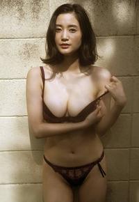 推測で構いません。9月18日が29歳の誕生日の出口亜梨沙ちゃんはおっぱいなものでカップくらいあると思われますか?
