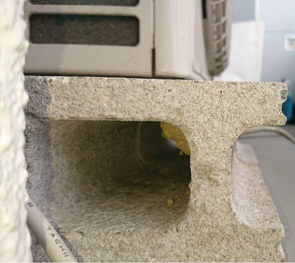 【写真あり】これはどの種類の蜂の巣ですか? 今朝、室外機の下に蜂の巣を見つけてしまいました。 場所はマンションのベランダ、11階です。目の前に河川敷があります。 巣の大きさは3〜4センチほど。まだ一匹しか蜂の姿を見かけていないので、作りたての巣だと思われます。 怖くて近づけなかったのですが、そこそこデカ目の蜂でした。 これはどの種類の蜂の巣なのでしょうか。詳しい方、よろしくお願いします。