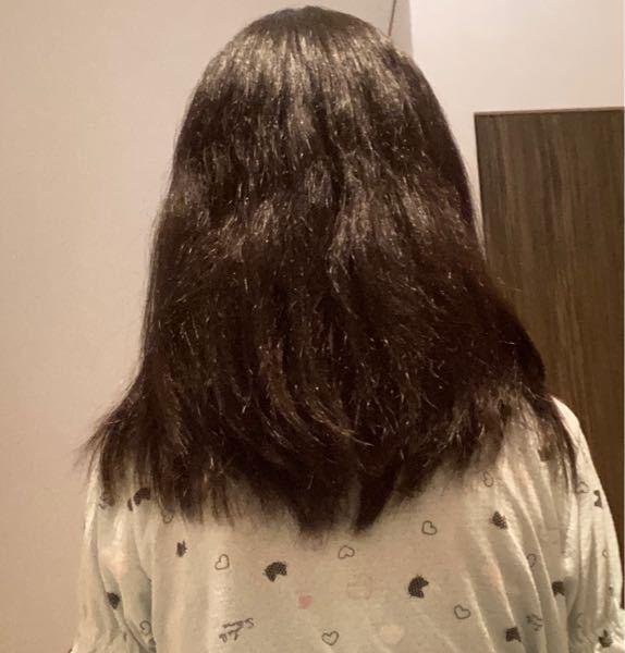 髪質改善をしたいです。 写真の通り、私は髪質が固く剛毛なのですぐ髪が広がってしまいしかも毛先がピンピンしてしまいます。洗ってヘアオイルをつけてから乾かすなどの対策は心がけているのですが、なかなか治りません(´;ω;`)そこで以下の2つの質問に答えてくださると嬉しいです。 ①どのようなシャンプー、リンスを使えば髪質を柔らかくできるか。 ②どのような対策をすれば、毛量が軽くなるか。