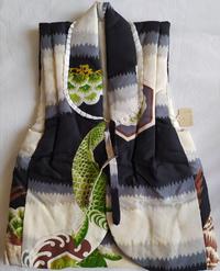 これは何ですか?羽織みたいに真ん中で紐を結ぶデザインです。 被布は前が開かないですし、陣羽織でもなさそうです。 サイズは1〜3歳前後のように思えますがわかりません。 袖なしだから4歳でもいけるかもしれません。 きついかもしれませんが。  布は正絹みたいです。 綿が入ってるのか、薄いダウンジャケットみたいにふかふかしてます。 よろしくお願いします。