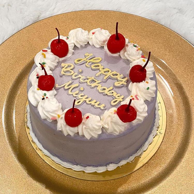 製菓系に詳しい方、得意な方に質問です。 お弁当ケーキを自作しようと思っています。 製菓学校に通ったりはしていませんが、家でできる範囲で本格的にホールケーキを作ったり、お菓子を作ることはできます。 そこで、お弁当ケーキを簡単に!ではなく、多少難しくて良いので美味しく普通のホールケーキを作る感じで作りたいと思いました。 スポンジはロールケーキのスポンジを型で抜こうかと考えていたのですが、他にいい方法があれば教えてほしいです。 飾り付けなどに関してなのですが、バタークリームを使うつもりです。生クリームと比べて扱いやすく、色も変えやすく、表面を綺麗に仕上げられると思ったからです。 外にピクニックに行き、その時に食べるつもりです。そのことを考えて色々決めたいです。 完成形は下の画像をイメージしています。 チェリーとカラースプレーはクリームに色が移ったり、色々あると思うので到着して食べる直前に乗せます。 上の飾り付けもバタークリームでする予定です。文字は難しかったらチョコペンで描いて乗せようかと考えています。 一番悩んでいるのが中に入れるクリームとフルーツです。苺を中に入れたいです。そのときに普通にバタークリームでサンドするか、中だけ生クリームにするか、チーズバタークリームを使うかで悩んでいます。 他に中に入れるもので表面のバタークリームと相性が良いおすすめのクリームやフルーツなどを教えて頂きたいです。 長文すみません。改善点やアドバイス、自分だったらこういう風に作るなど何でも教えて下さい。よろしくお願いします。