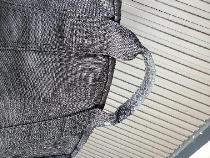 カビについて教えて下さい。 しばらく使用していなかった布製のバッグを 久し振りに収納から取り出したら 日々 使用する時に触っていた取っ手の部分が うっすらカビが生えておりました。 この場合、カバン丸ごと洗濯機で 洗濯してしまう方が良いのか それとも、取っ手の部分だけ綺麗に掃除して 消毒というか除菌などを施して 丸洗いまではせずに済ませるのか カビ対策には どちらが良いですか? カビに詳しい方アドバイス 宜しくお願いしますm(_ _)m