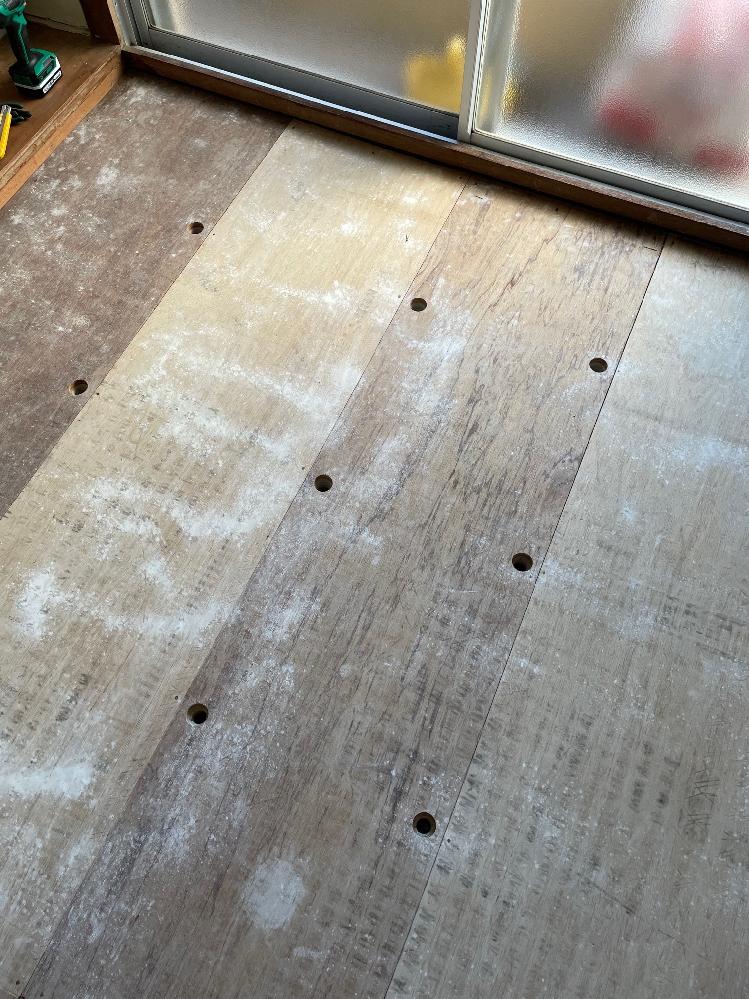 築45年の団地です。 和室をdiyでリフォームしようと思い畳を剥がしたところ画像のような下地でした。 板の厚みは20mm以上あるようなのですが、この穴の部分はプラ束になっているのでしょうか? 穴の部分を踏んでもたわみはありませんが、それ以外のところは少したわみます。 この板に直接根太を打ち込んで問題ないでしょうか? また、クッションフロアで仕上げたいのですが、敷居までの高さが53mmしかありません。 一般的な45mm角の根太と12mm合板では収まらないので、どのようにするのが良いでしょうか。