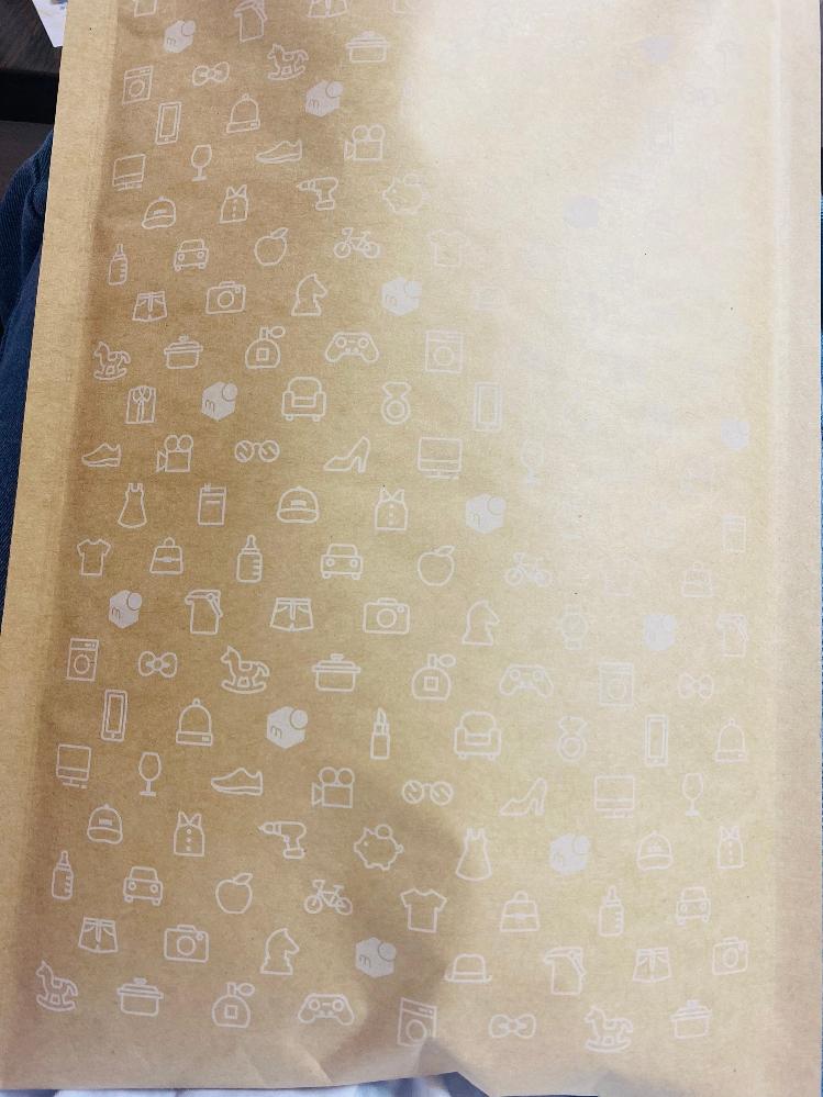 メルカリではじめて物を販売し 売れました。 梱包までしっかりとしました。 最初は普通郵便?で出そうとしていたのですが ゆうゆうメルカリ便??らくらくメルカリ便?というのを利用してみたいのですが ここまで梱包したあとは(写真)どうしたらいいのでしょうか?? このまま郵便局にもっていけば発送できるのでしょうか? 調べてみたら二次元バーコード?というものを発行しないといけないとのことだったのですがイマイチ分からなくて… 無知ですみません… 教えてくださると嬉しいです…!!!