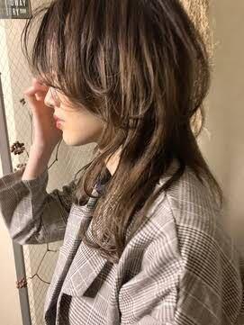 看護学生です。 2年生で1月に実習があるんですが、この髪型にしたいです。。 ダメですよね、ダメだとしたら、上のレイヤー?を長めに作ってもらって団子にする時にまとめれるようにしたらいいと思いますか?