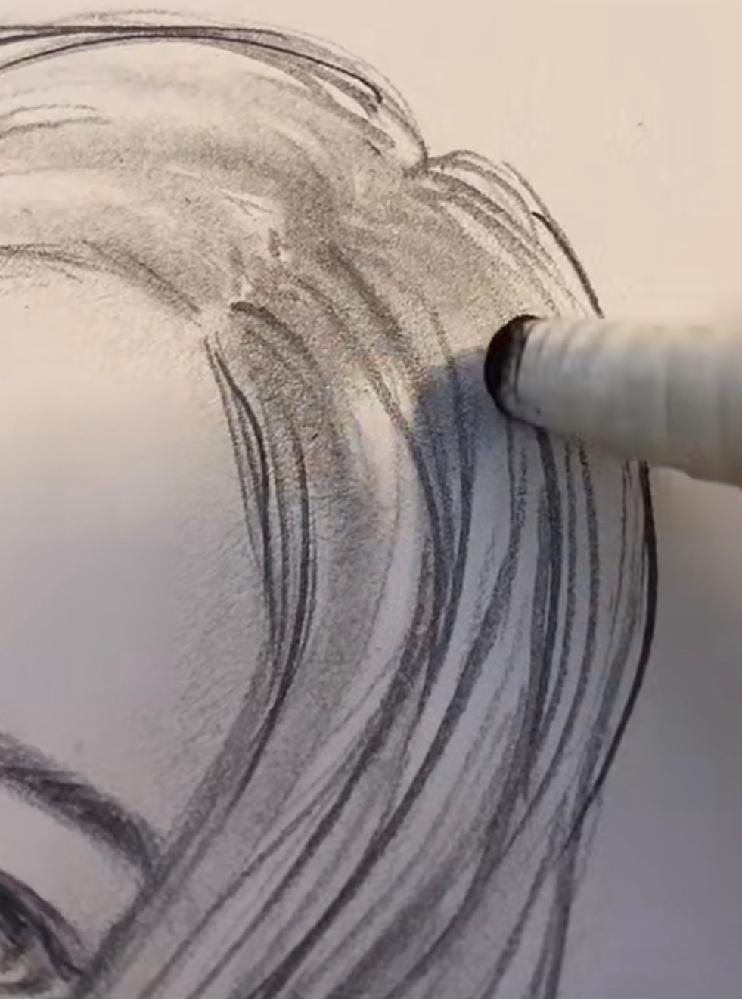 写真の髪塗ってる画材って何かわかる方いますか?