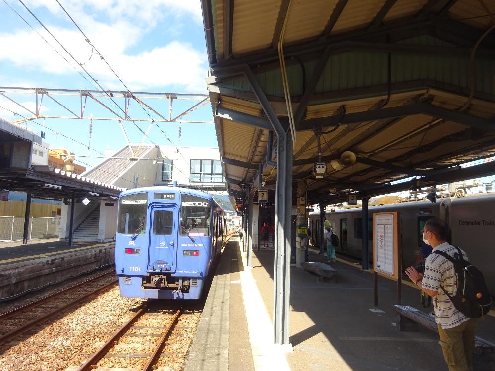 こちらの写真は宮崎県の延岡駅とのことです。 日豊本線の駅です。 そして停車中の電車は長崎本線を走ってる車両とのことです。 マスクをしてる人がいるので最近の写真だと思われます。 いったいどういった事情や理由が考えられるのでしょうか。