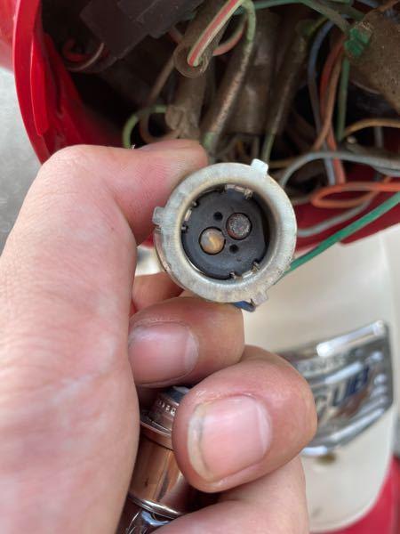 至急。 リトルカブのヘッドライトのロービームだけがついたり消えたりします。 自分で開いて見てみようと思いバルブとソケットを確認したところ焼き付いてるような感じがしますがこの画像のソケットを交換したら直り ますか? それともこの黒く焦げるような原因を作った別の要因があったりもするのでしょうか、 とりあえずバルブとソケットは交換してみようと思うのですがネットではなく近所の大きめなバイク用品店なら普通に買えるものでしょうか?? 夜までには直したいのでよろしくお願いします、