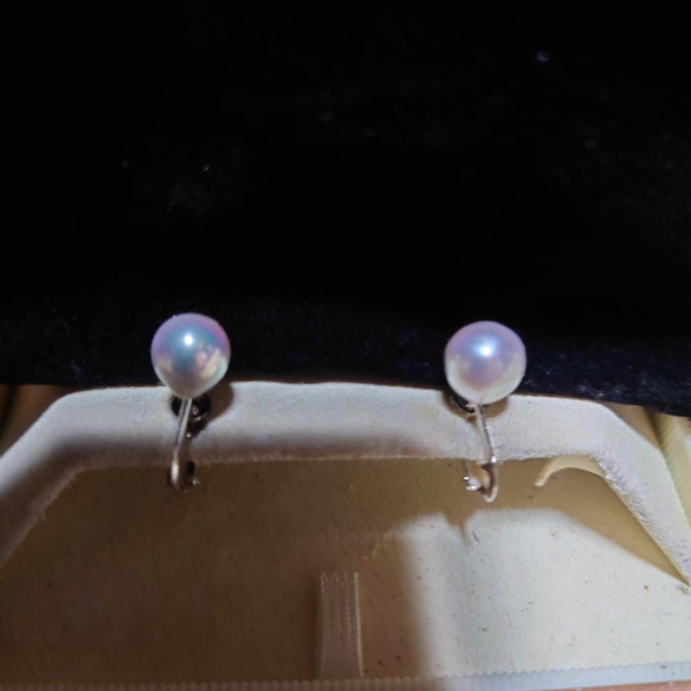 母から貰った冠婚葬祭の真珠のイヤリングです。 少し黒っぽいのですが黒真珠になりますか? 聞くことができないのでどなたか教えてください。 14KWGと刻印されてます。