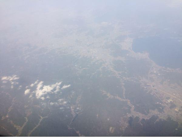 3年前に関西空港から沖縄行ったときに飛行機から撮った写真なのですが、この場所がどこなのか教えて欲しいです。 関空から離陸して大体20分後です。 どなたかよろしくお願いします。