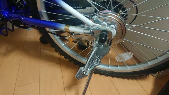 この自転車に補助輪を付けようと思いますが このスタントを外さないとダメですよね? 外す為には黒のキャップ?を外さないと ダメですか? コイツの外し方をお願いします 補助輪の付け方をお願いします