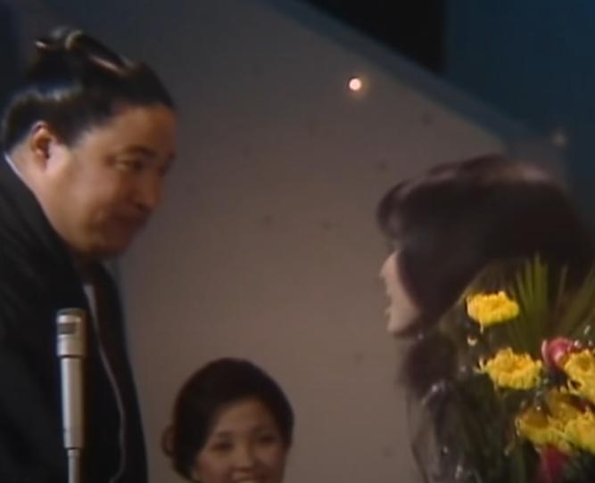 レコード大賞でちあきなおみが「喝采」を歌っている最中に突如乱入して花束を渡した写真のお相撲さんは誰ですか?