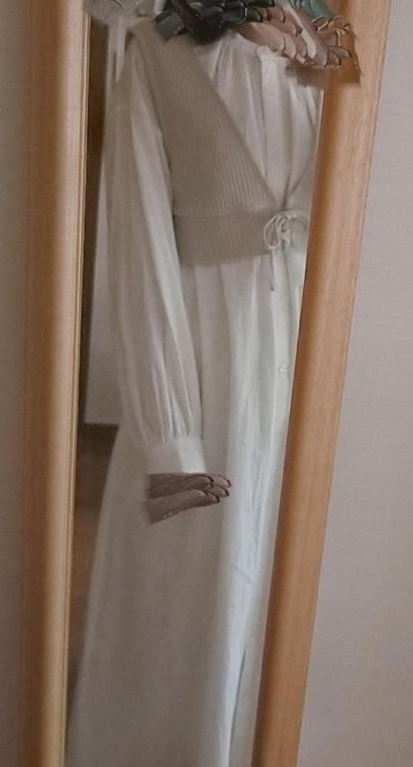 至急お願いします! このような感じのギャザーワンピースを着た時に、中に何を着たらいいのでしょうか? 白いTシャツとかでしょうか…? 特に下に何を着ればいいのかが本当に分からないので、上下教えていただけると嬉しいです! 下に着るものは、ワンピースから中に着たものが見えないようにお願いします。