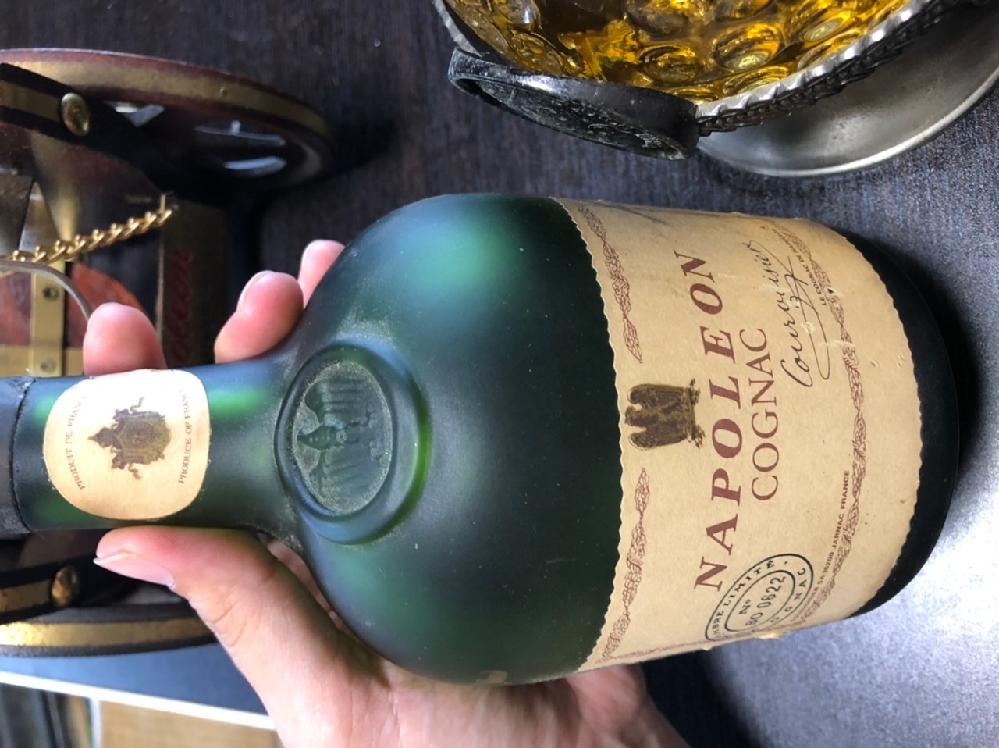 ナポレオンコニャックについての質問です。 画像のお酒をフリマアプリで売りたいのですが、これと同じお酒を見つけられず価格を決められません…。 調べた限りクルボアジェ?っぽいのですが、みなさんのお酒には金の文字が書かれていて私が持っているナポレオンコニャックとは違うようで困っています。 コニャックについて詳しい方、どうかお力添え頂けないでしょうか(>_<;) 偽物でない事を祈ります…