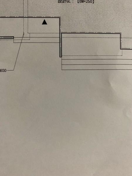 図面のタイルデッキについて教えて下さい。 この図面だと右側のタイルデッキは3段で 左側は2段と言うことでしょうか?? 自分ではどちらも2段にした記憶なのですが 図面を見ると右側が3段の様に見えて