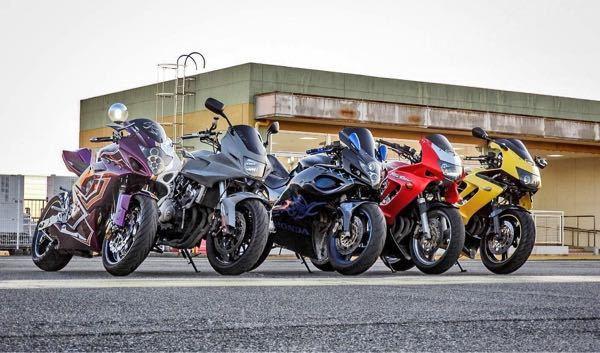 写真の1番左と真ん中のバイクはなんというバイクでしょうか?