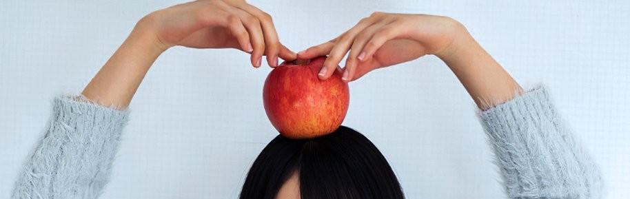 坂道パーツクイズ其の510 画像のリンゴを頭にのせてる 現役または元坂道メンバーは さて誰でしょう?