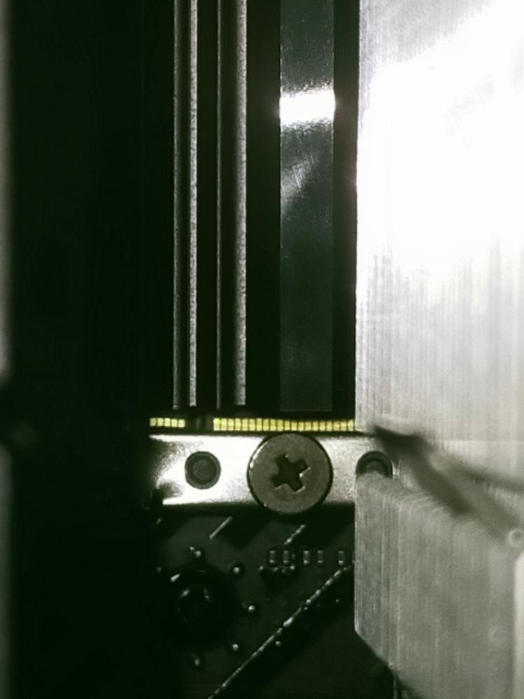M.2のGEN4のSSDです。 もしかして刺さりきってないですか? 金色の端子みたいなのが見えたらダメですか?