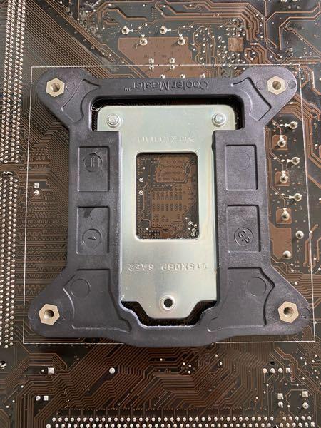 この黒い部分の外し方を教えてください。 パソコンのマザーボードの、cpuファンを取り付ける受けの部分です。 マザーボードが故障して、全く同じ物をメルカリで買ったのですが、この部分が着いていなく、cpuファンが密着しないのが心配です。