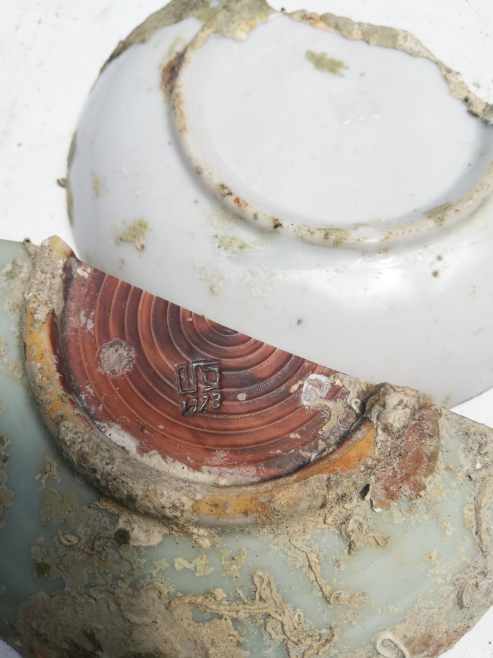中国の陶器や骨董品に詳しい方、沖縄の海底より引き揚げてます。状況からすると沈没米軍艦にあったお皿みたいです。 中国の漢字と数字の刻印があるお皿です。 画像のように2枚あり割れてます。 よろしくお願いします。